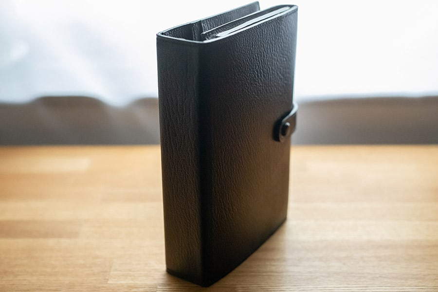 辞書のように四角く仕上がったスクエアバッグ